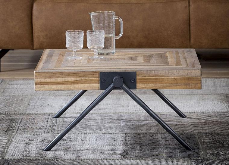 Bruine vierkante salontafel met een tafelblad gemaakt van teakhout met aan beide kanten twee poten van staal