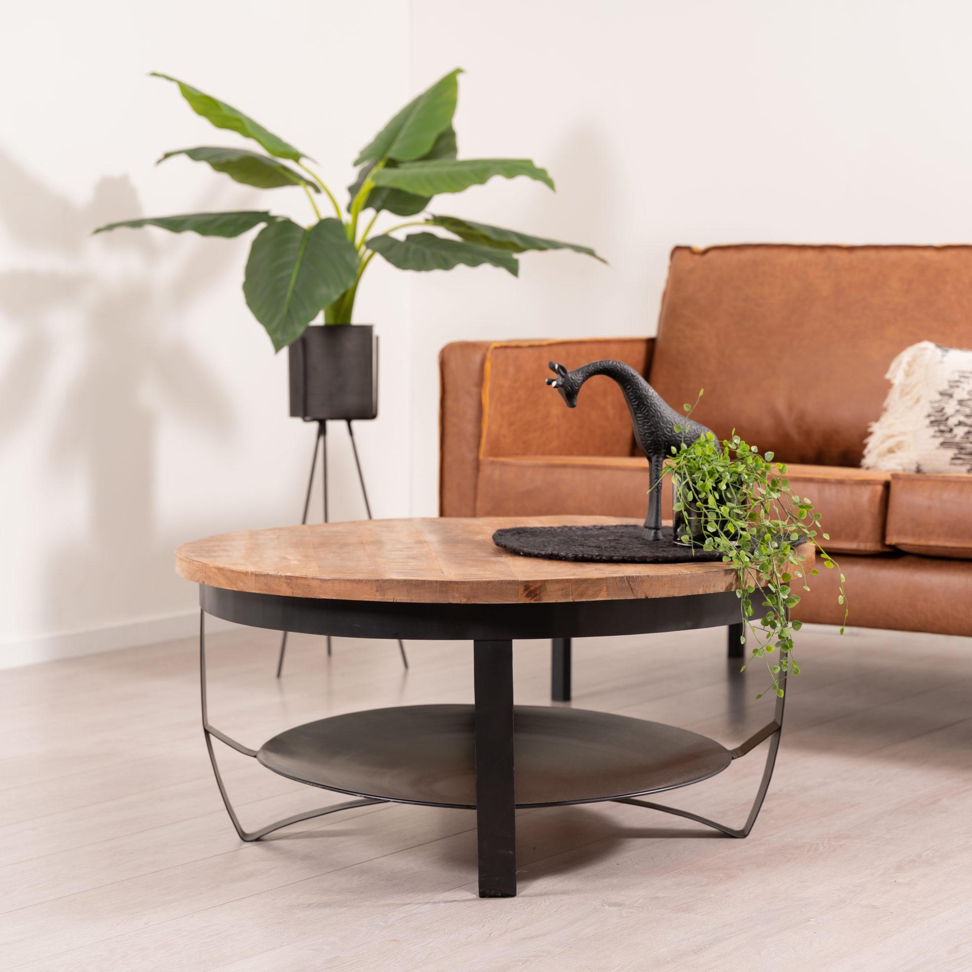 Ronde salontafel grote variant met een blad gemaakt van mangohout en metalen onderstel. De lengte van de tafel is 90 cm, breedte 90 cm en hoogte 41 cm.