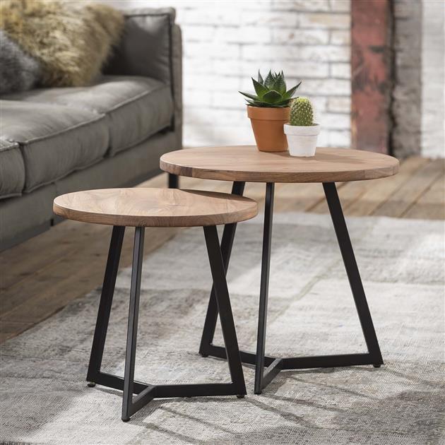 Bijzettafelsset bestaande uit 2 tafeltjes. De tafeltjes zijn voorzien van een rond blad gemaakt van acaciahout en frame van zwart gepoedercoat metaal. Het driepotige frame is aan de onderzijde aan elkaar verbonden.