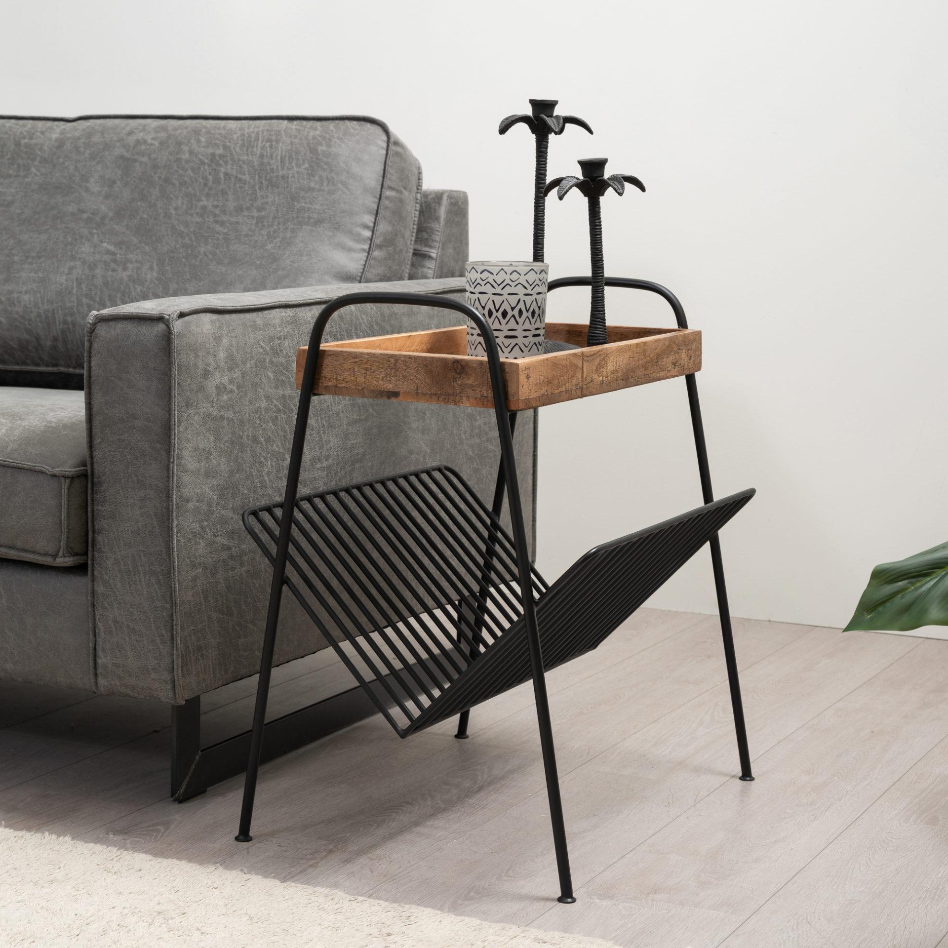 Bijzettafel gemaakt van mangohout met metalen onderstel. De tafel beschikt over een plank welke bevestigd zit aan de poot, waar bijvoorbeeld tijdschriften in kunnen.