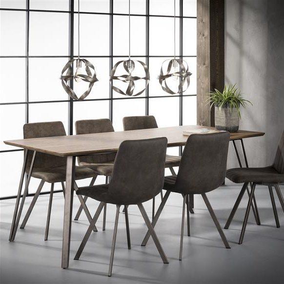 Rechthoekige eettafel met een tafelblad gemaakt van MDF en afgewerkt met een dunne decorlaag in eiken brownwash. De tafel heeft vier V-vormige poten gemaakt van staal.