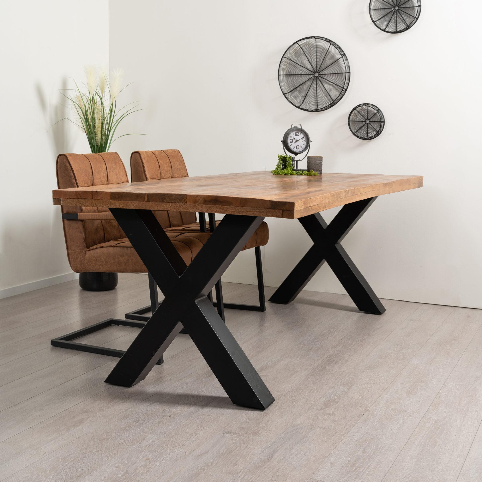 Rechthoekige eettafel gemaakt van mangohout. Het blad heeft een dikte van 4 cm en de tafel beschikt over robuuste X-tafelpoten. De tafel is in meerdere maten verkrijgbaar.