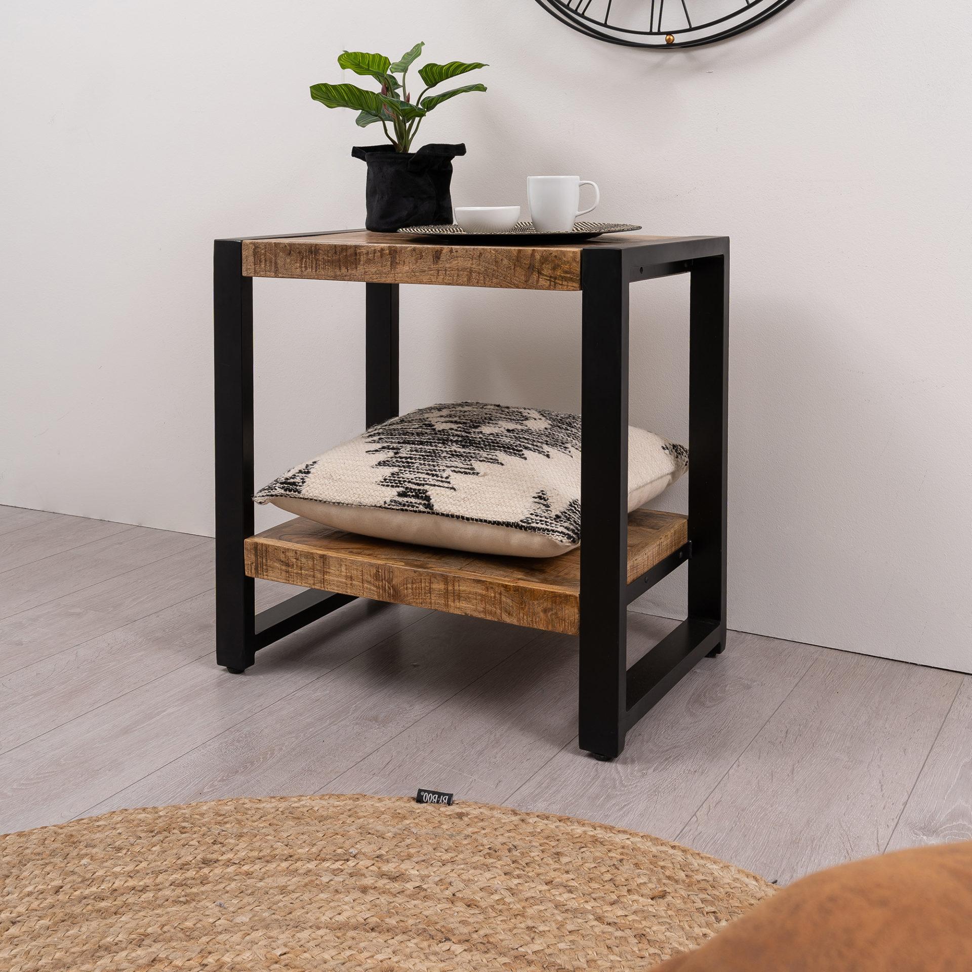 Detail vierkante hoektafel gemaakt van mangohout met metalen onderstel. De poot is vierkant en de tafel is 60 cm lang, 40 cm breed en 60 cm hoog
