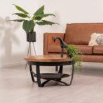 Ronde salontafel kleine variant met een blad gemaakt van mangohout en metalen onderstel. De lengte van de tafel is 70 cm, breedte 70 cm en hoogte 35 cm.