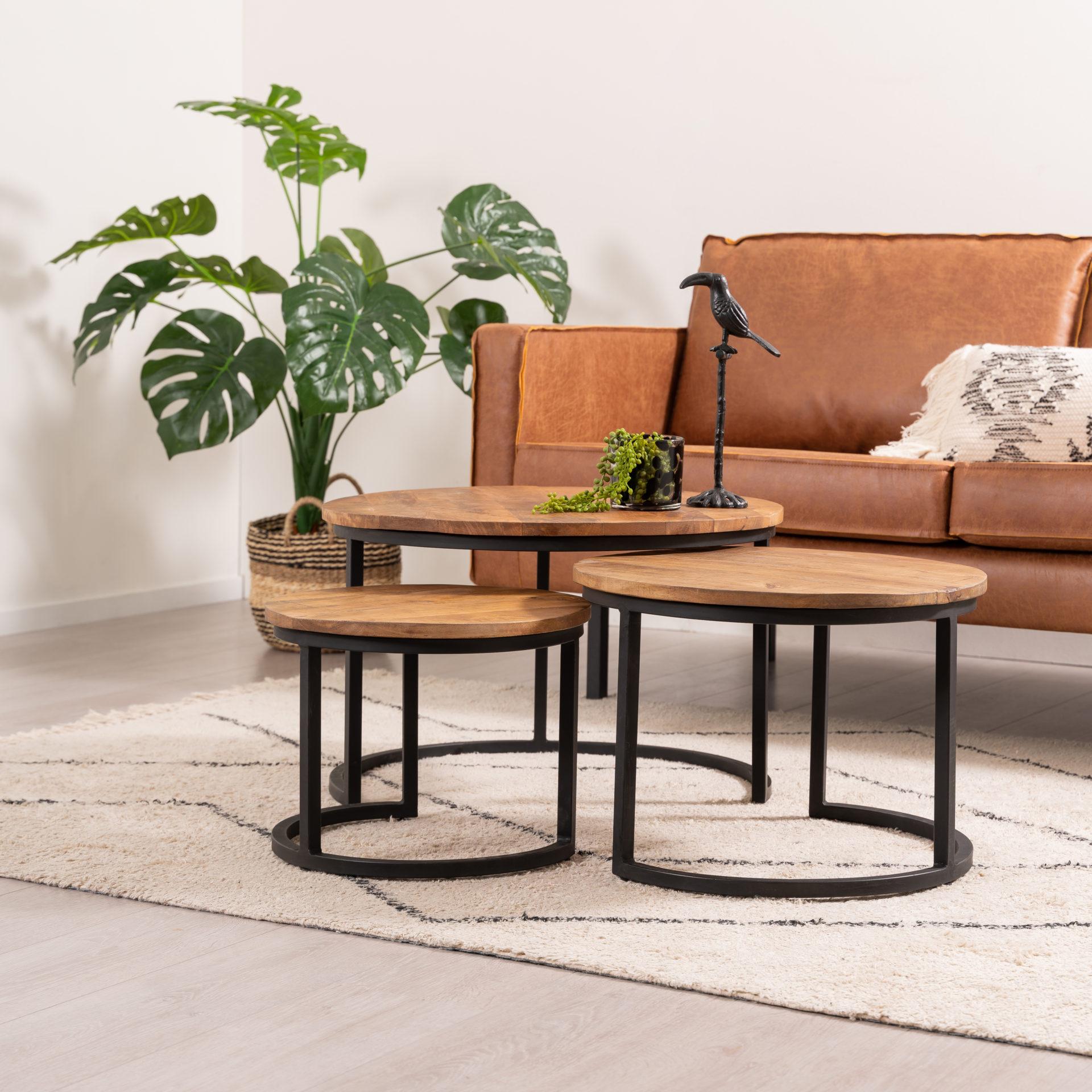 Salontafelset bestaande uit drie ronde tafels met houten tafelblad van 2 cm dik en metalen cilinderpoot. De set is verkrijgbaar in 3 formaten.