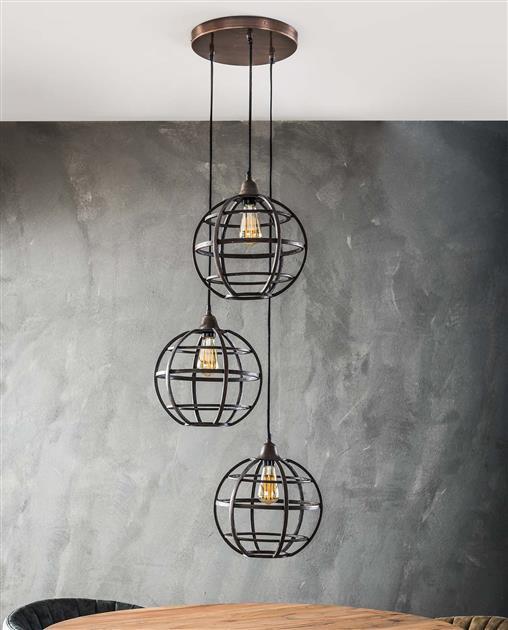 Sfeerfoto 3-lichts hanglamp met bolvormige kappen, uitgevoerd in metaal met een antieke koper finish. Alle kappen hangen getrapt aan één ronde plafondbevestiging, die in dezelfde kleur zijn afgewerkt. De lamp heeft een lengte van 150 cm.