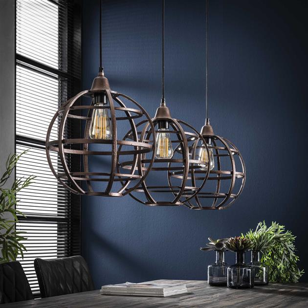 Sfeerfoto 3-lichts hanglamp met bolvormige kappen, uitgevoerd in metaal met een antieke koper finish. Alle kappen hangen getrapt aan één ronde plafondbevestiging, die in dezelfde kleur is afgewerkt.