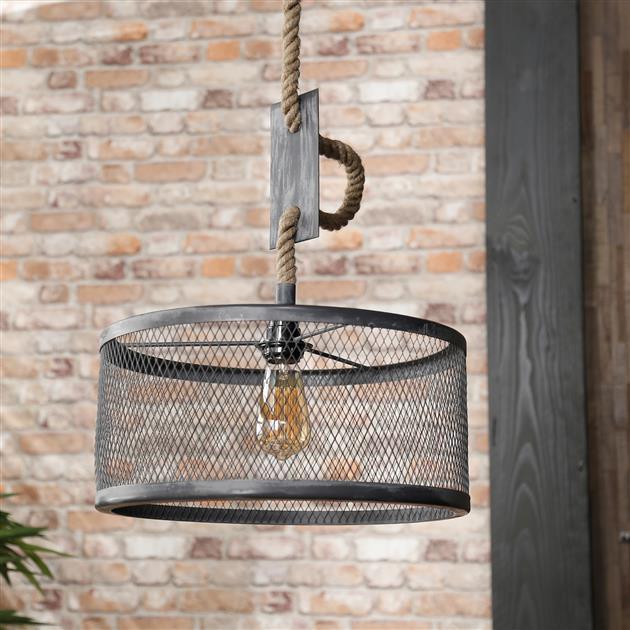 Detailfoto zilveren metalen hanglamp met geveegde grijstinten, de kap hangt aan een grof touw en is in hoogte te verstellen tot een maximum van 150 cm