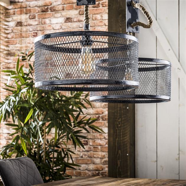 Zilveren metalen hanglamp met twee kappen in geveegde grijstinten. De lampen hangen aan een grof touwm et een diameter van +- 2 centimeter. De lamp is in hoogte te verstellen tot een maximum van 150 cm
