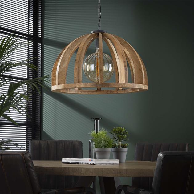 Houten hanglamp gemaakt van mangohout en zit me een ketting aan de plafondplaat bevestigd. De lamp is in hoogte verstelbaar tot 150 cm