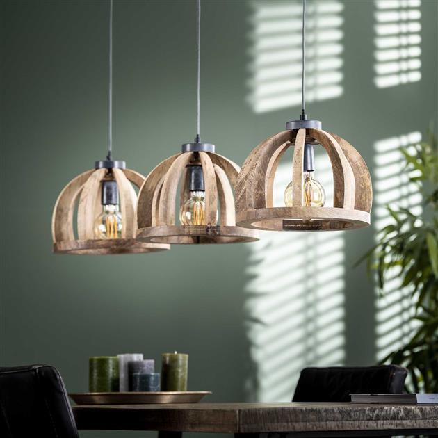 Hanglamp bestaande uit 3 lampen gemaakt van mangohout die met een ketting aan de plafondplaat bevestigd zijn. De lamp is in hoogte verstelbaar tot 150 cm