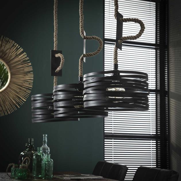 Detailfoto hanglamp met getwiste metalen kappen gecombineerd met jute touw waar de kabels in zijn verwerkt. De metalen kappen die zijn afgewerkt in de kleuren grijs/bruin geven de lamp een industrieel uiterlijk en hebben een lengte van 150 cm.