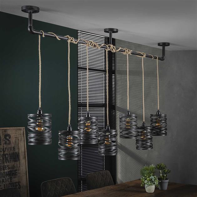 Sfeerfoto stijlvolle hanglamp met getwiste metalen kappen gecombineerd met jute touw waar de kabels in zijn verwerkt. De metalen kappen die zijn afgewerkt in de kleuren grijs/bruin geven de lamp een industrieel uiterlijk. De lamp heeft een hoogte van 150 cm.