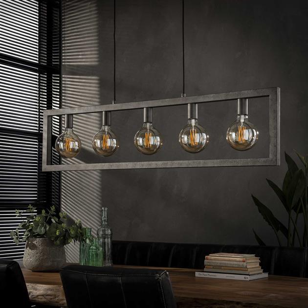 Foto hanglamp met de lampen uit bestaande uit een rechthoekig metalen frame met vijf fittingen voor lichtbronnen. De lamp is afgewerkt in oud zilver en het frame bestaat uit holle metalen buizen waar de stroomkabels doorheen lopen. De lamp is tot 150 cm verstelbaar in hoogte.