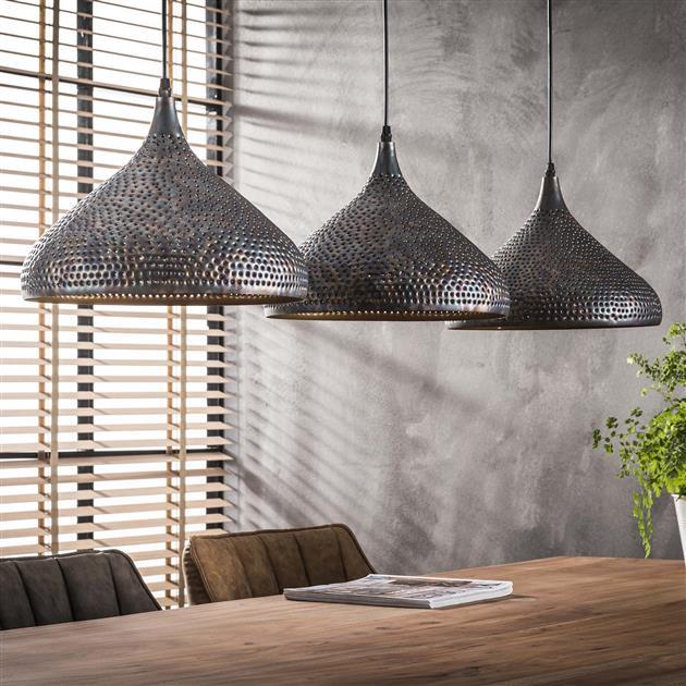 Sfeerfoto met de lampen uit van hanglamp bestaande uit drie lichten die zijn uitgevoerd in metaal in de kleuren zwart/bruin. De trechtervormige kappen zijn voorzien van perforator gaatjes, waardoor het licht op een mooie manier erdoor heen schijnt. De hoogte van de lamp is 150 cm.