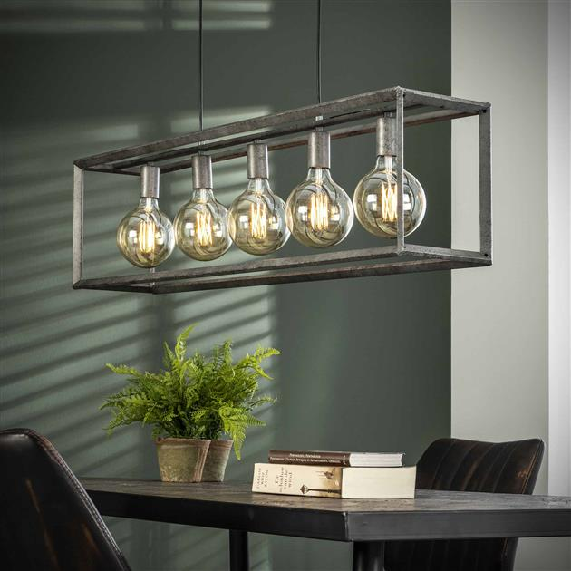 Hanglamp met de lampen uit, uitgevoerd in metaal met een oud zilver finish. Het frame is afgewerkt met een 45 graden buis. De hanglamp beschikt over 5 fittingen en is tot 150 cm in hoogte verstelbaar.