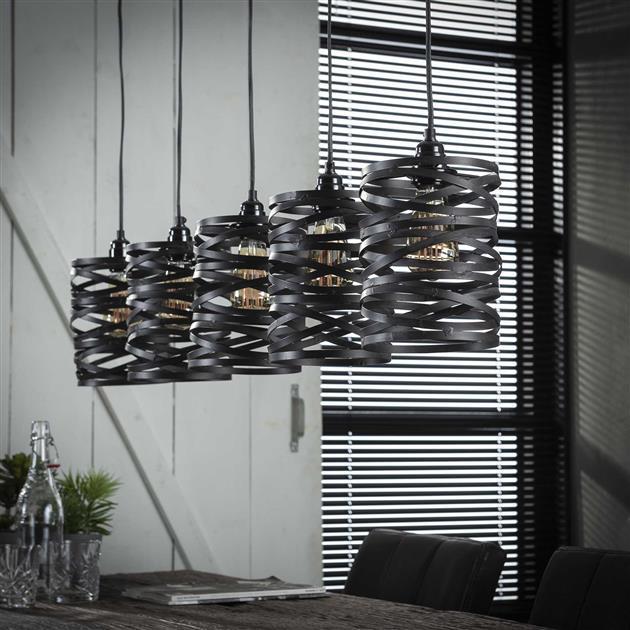 Detailfoto 5-delige metalen hanglamp met getwiste kappen. De kappen zijn afgewerkt in de kleuren grijs/bruin en heeft een industrieel uiterlijk