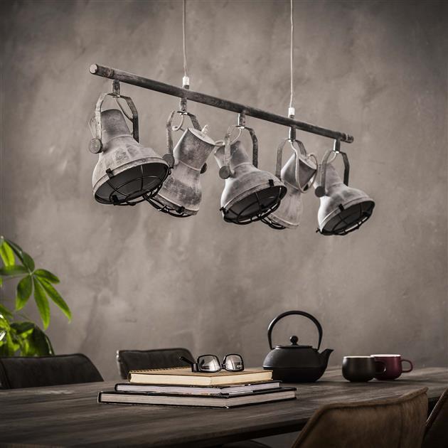 Detailfoto 5-lichts hanglamp uitgevoerd in metaal met een betonlook, de verstelbare kappen zijn van binnen dezelfde kleur en hebben een zwart raster. De totale hoogte van de lamp is 150 cm
