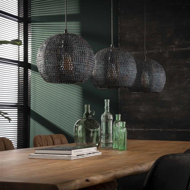 Detailfoto hanglamp met drie ronde metalen kappen. De gehele lamp is afgewerkt in een burned finish, dit geeft een zwart/bruine kleur. De lamp is volledig handgemaakt en hierdoor is elke lamp uniek. De gaatjes maken deze lamp semi-transparant, waardoor het licht sfeervol door de ruimte wordt verdeeld.