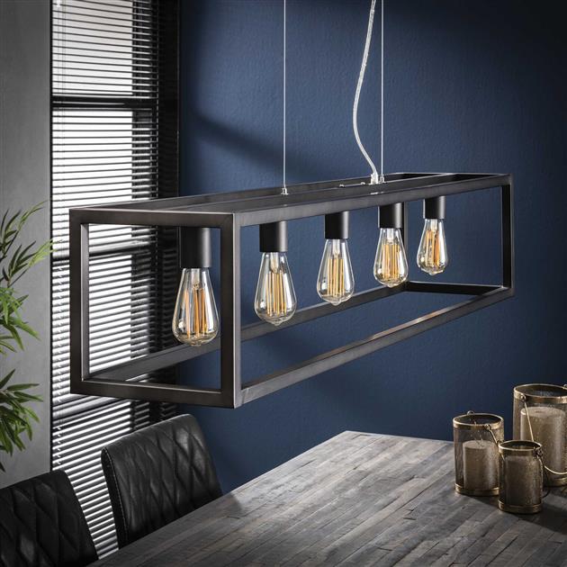 Een hanglamp gemaakt van metaal en afgewerkt in oud zilver. De lamp bestaat uit een rechthoekig frame met 5 lampen en heeft een hoogte van 150 cm