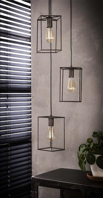 Detailfoto van hanglamp gemaakt van metaal en afgewerkt in oud zilver. De lamp bestaat uit drie rechthoekige kappen en heeft een zilveren kleur. De lamp is in hoogte verstelbaar tot 150 cm