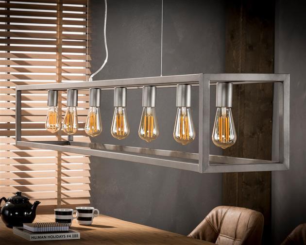 Sfeerfoto van hanglamp gemaakt van metaal en afgewerkt in oud zilver. De lamp bestaat uit een rechthoekig frame met 7 lampen en heeft een hoogte van 150 cm