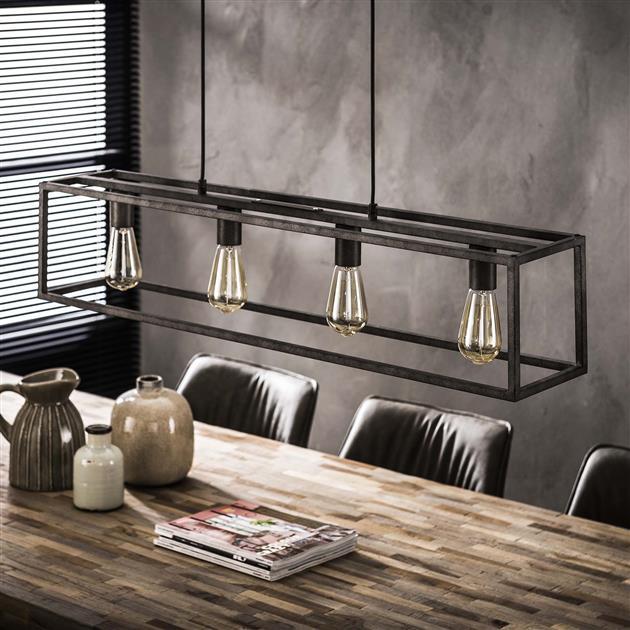 Detailfoto hanglamp gemaakt van metaal en afgewerkt in oud zilver. De lamp bestaat uit een rechthoekig frame met 4 lampen en heeft een hoogte van 150 cm