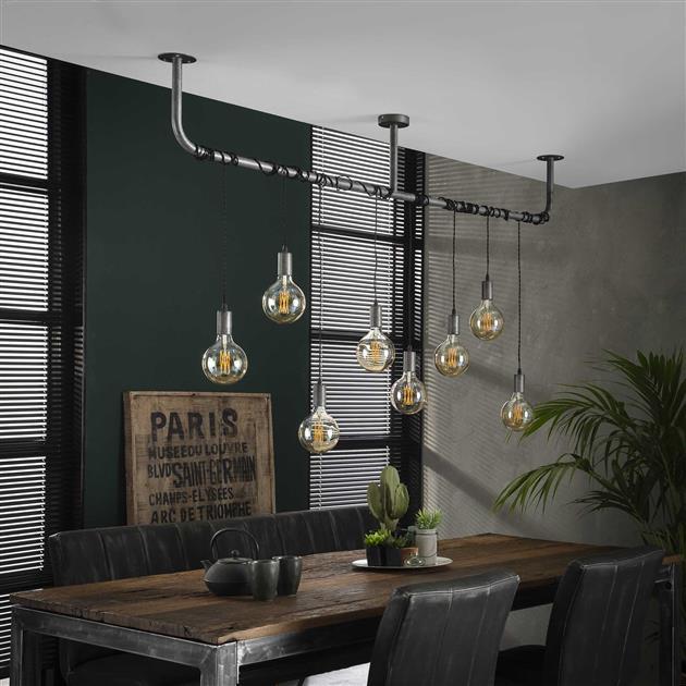 Metalen hanglamp met de lampen uit die is afgewerkt in oud zilver. De acht lampen zijn afzonderlijk in hoogte verstelbaar waardoor de lampen speels gewikkeld kunnen worden om de buis. De hoogte van de lamp is 150 cm.
