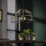 Detailfoto ijzeren hanglamp die is afgewerkt in oud zilver wat zorgt voor een vintage en industrieel uiterlijk. De diameter van de lamp is 50 cm en de lamp is in hoogte verstelbaar tot 150 cm