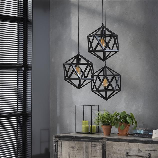 Detailfoto van hanglamp met de lampen uit bestaande uit 3 kappen met een metalen frame in de kleur zwart. De lamp heeft triangelvormige lampenkappen hangen op verschillende hoogtes aan een zwarte kabel en worden afgewerkt door ronde plafondbevestiging.