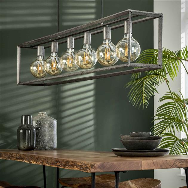Detailfoto hanglamp uitgevoerd in metaal met een oud zilver finish. Het frame is afgewerkt met een 45 graden buis. De hanglamp beschikt over 6 fittingen en is tot 150 cm in hoogte verstelbaar.