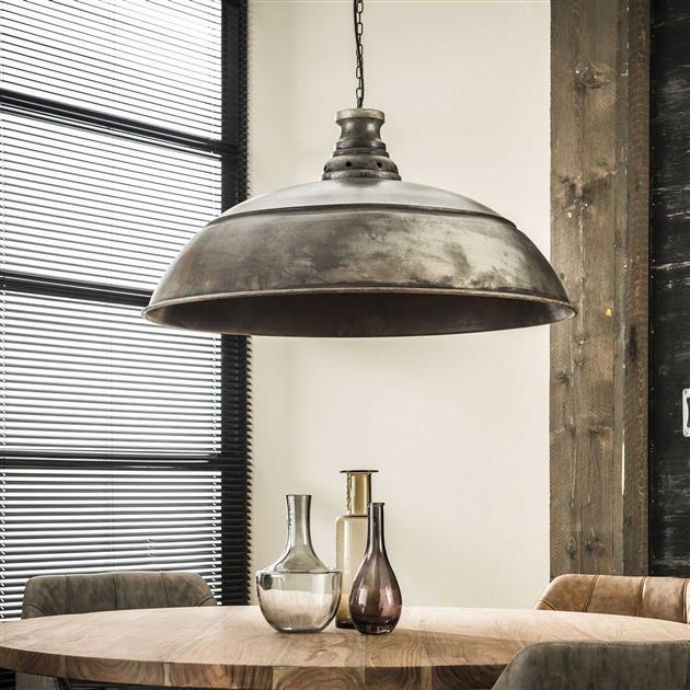Detailfoto hanglamp met de lamp uit. De lamp heeft een diameter van 80 cm waardoor deze veel body geeft. De lamp hangt aan een stoere ketting ende kap is gemaakt van metaal en afgewerkt in oud zilver.