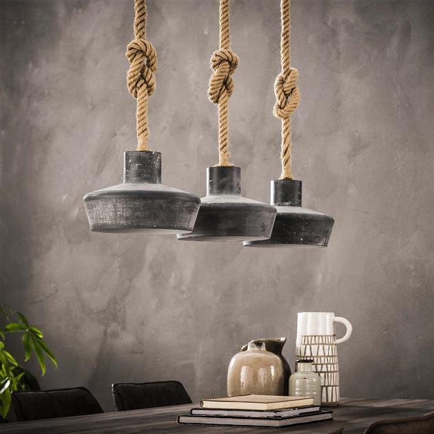 Detailfoto met de lampen uit van hanglamp bestaande uit drie kappen uitgevoerd in metaal met een betonlook. De kappen hangen aan een lang gedraaid touw die te verstellen is door er bijvoorbeeld een knoop in te leggen. De hoogte van de lampen is 150 cm.