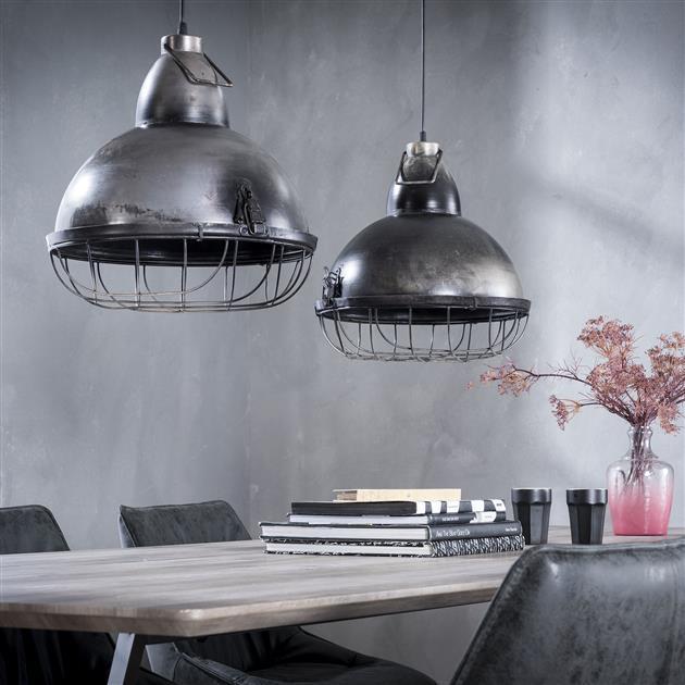Detailfoto metalen hanglamp met een zilveren finish, de kappen krijgen een industriële look doordat ze veel weg hebben van een fabriekslamp. De kappen bevatten aan de onderzijde een raster en de plafondbevestiging is afgewerkt in dezelfde finish. De lengte van de lamp is 100 cm
