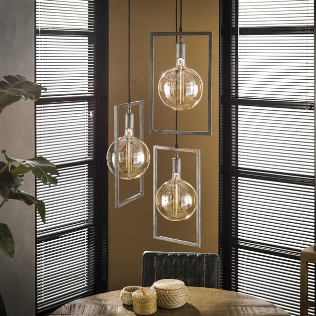 Hanglamp met oud zilver armatuur en drie rechthoekige frames die zorgen voor een modern en industrieel uiterlijk. De lamp heeft een totale hoogte van 150 cm