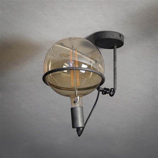 Sfeerfoto stalen plafondlamp met de lamp uit, de lamp heeft een afwerking van oud zilver. De lamp heeft een diameter van 20 cm en hoogte van 25 cm.