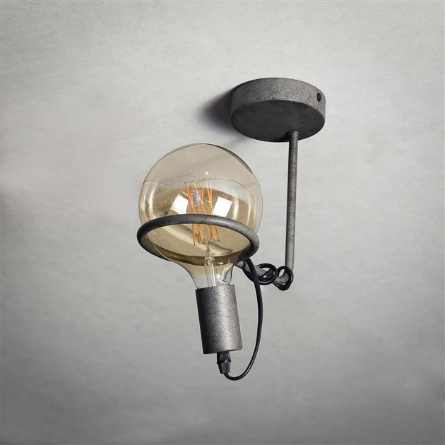 Stalen plafondlamp met de lamp uit, de lamp heeft een afwerking van oud zilver. De lamp heeft een diameter van 12,5 cm en hoogte van 25 cm.