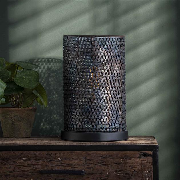 Zwarte metalen tafellamp in een zwart/bruine kleur, doordat de lamp handgemaakt is betekent dit dat elk item uniek is. De kappen zijn semi-transparant door de 'gaatjes', hierdoor wordt het licht subtiel door de ruimte verdeeld
