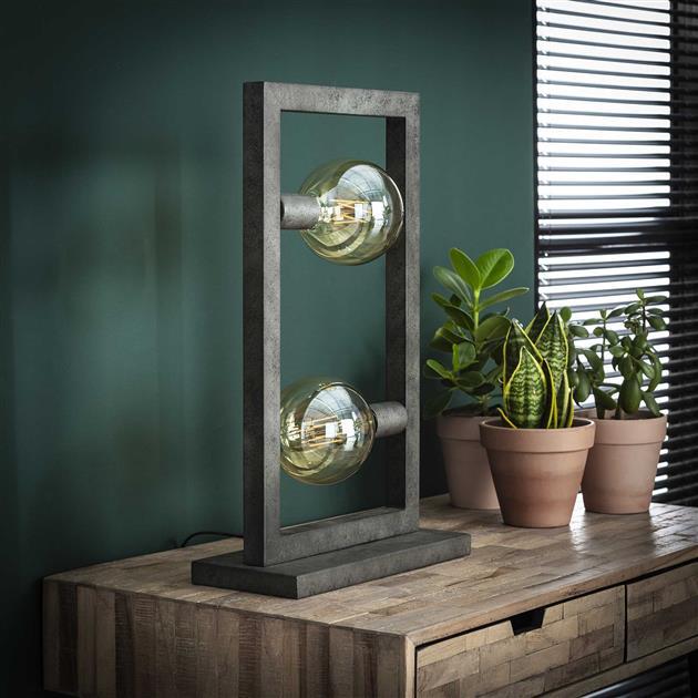 Foto tafellamp gemaakt van metaal met de lampen uit. De lamp beschikt over een rechthoekig frame bestaande uit holle metalen buizen, er dienen 2 lampen in geplaatst te worden. De hoogte van de lamp is 55 cm.