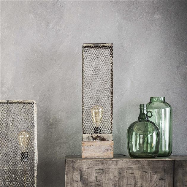 Rechthoekige tafellamp die is uitgevoerd in een verweerd metalen glazen kapje in de kleuren grijs en wit. De tafellamp is voorzien van een vierkante massieve houten poot en heeft een hoogte van 55 cm