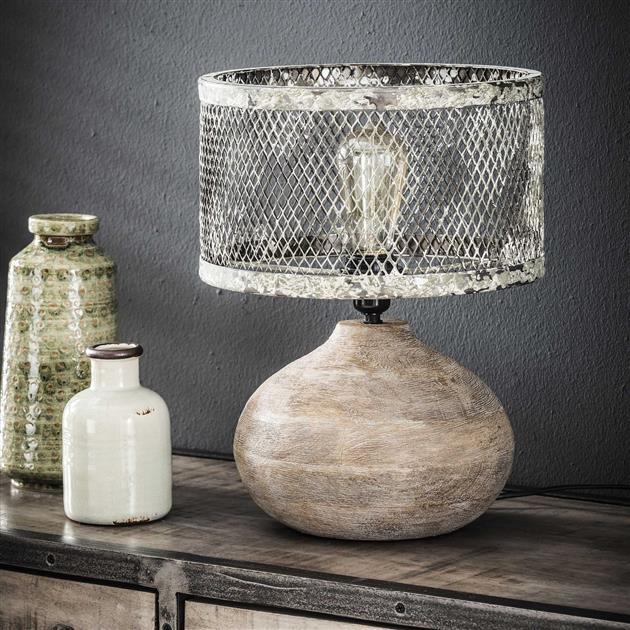 Sfeerfoto stoere tafellamp uitgevoerd in een metalen glazen kapje in de kleuren grijs en wit. De tafellamp is voorzien van een ronde massief houten poot en heeft een hoogte van 40 cm.