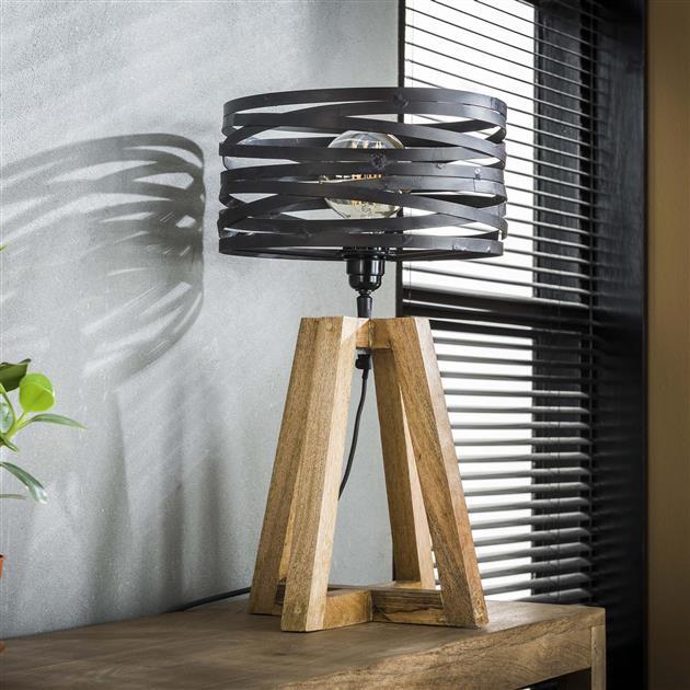 Stijlvolle tafellamp met een getwiste metalen kap in combinatie met een gekruist houten frame. De kap is afgewerkt met grijs/bruin metaal met een hoogte van 50 cm.