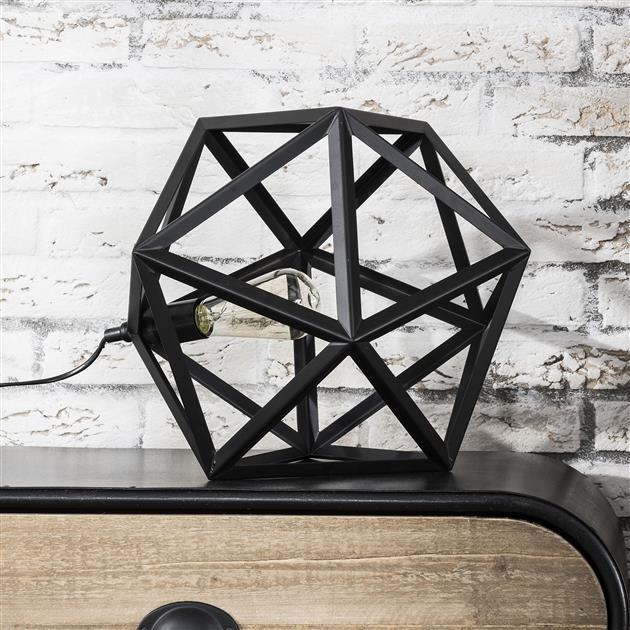 Foto zijaanzicht tafellamp met de lamp uit, de lamp heeft een metalen frame in de kleur zwart. De lamp heeft een triangelvormige lampenkap en heeft een hoogte van 37 cm.