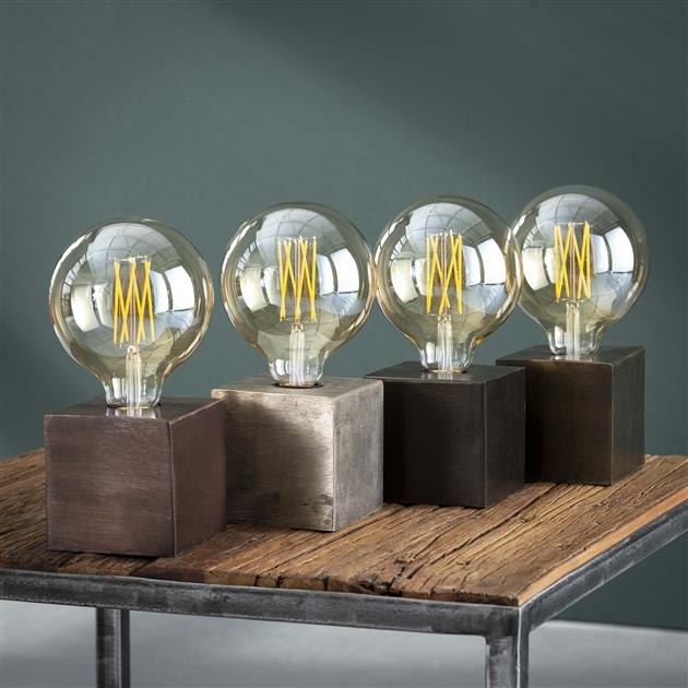 Vierkante metalen tafellamp verkrijgbaar in verschillende afwerkingen namelijk brons antiek, antiek nikkel, zwart nikkel en antiek koperen finish