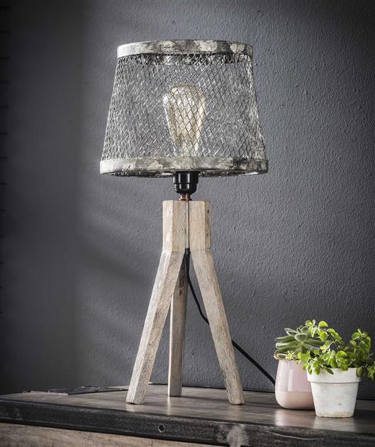 Tafellamp uitgevoerd in een verweerd metalen glazen kapje in de kleuren grijs en wit, de tafellamp is voorzien van een massief houten driepoot