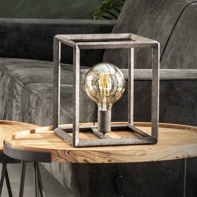 Metalen tafellamp met de lamp uit en een oud zilver finish. Het frame is afgewerkt met een 45 graden buis. De hoogte van de lamp is 30 cm.