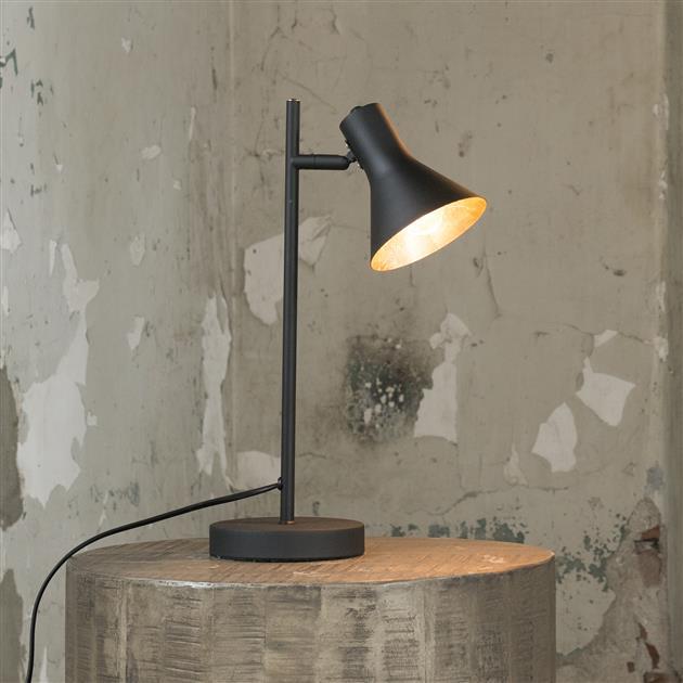 Tafellamp met de lamp aan uitgevoerd in zwart gepoedercoat metaal. De lamp beschikt over een slanke poot en smalle ronde voet. De kap is aan de binnenzijde goudkleurig en tevens verstelbaar. De lamp heeft een hoogte van 45 cm.