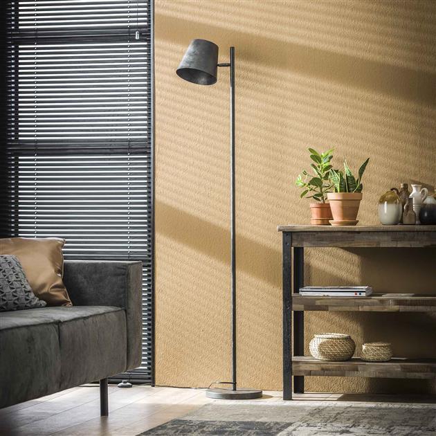 Sfeerfoto metalen zwarte vloerlamp met verstelbare kap zodat jij zelf kan kiezen waar je het licht op richt. De lamp is afgewerkt in de kleur charcoal, een mat zwarte kleur en heeft een hoogte van 157 cm