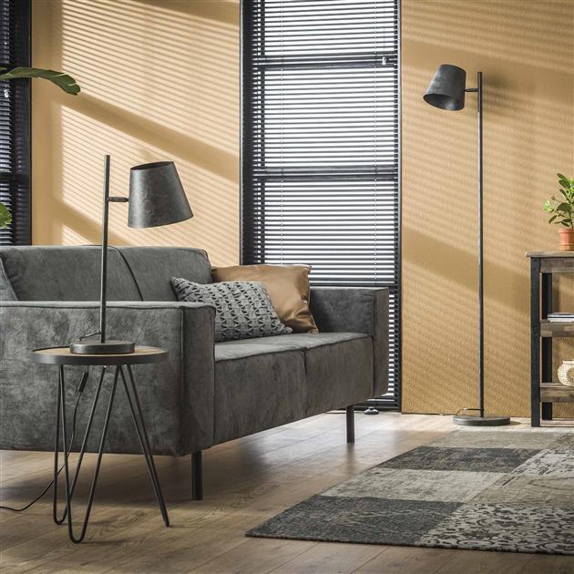 Metalen zwarte vloerlamp met verstelbare kap zodat jij zelf kan kiezen waar je het licht op richt. De lamp is afgewerkt in de kleur charcoal, een mat zwarte kleur en heeft een hoogte van 157 cm