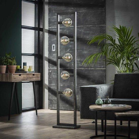 Vloerlamp bestaande uit een metalen frame met vijf fittingen voor lichtbronnen. De lamp is afgewerkt in oud zilver en het frame bestaat uit holle metalen bijzen waar de stroomkabels doorheen lopen. De hoogte van de lamp is 165 cm.
